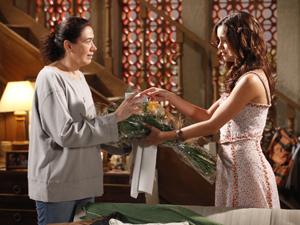 Amália entrega as flores de René para a mãe (Foto: Fina Estampa/TV Globo)