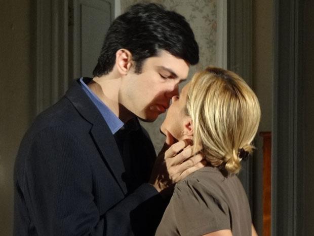 Ícaro diz que não vai desister de Júlia e a beija (Foto: Morde & Assopra/TV Globo)