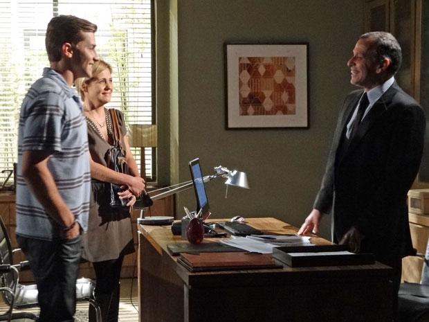 Júlia ajuda Guilherme a conseguir o emprego de volta (Foto: Morde & Assopra/TV Globo)