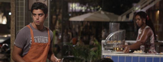 Rapaz não se conforma por ter que trabalhar no Tupinambar (Foto: Fina Estampa/TV Globo)