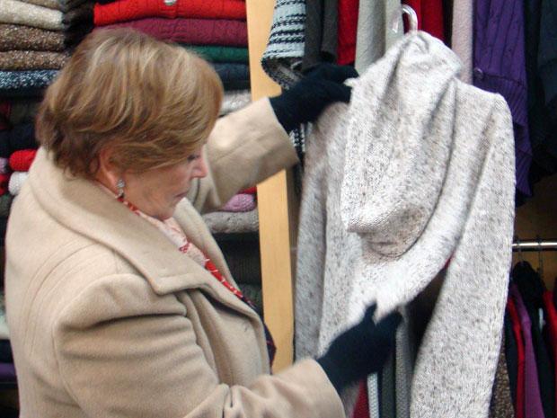 Nicette escolhe um casaco para a filha, a atriz Beth Goulart (Foto: A Vida da Gente / TV Globo)