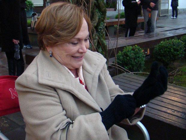 Nicette Bruno recorreu a uma luva básica para se aquecer (Foto: A Vida da Gente / TV Globo)