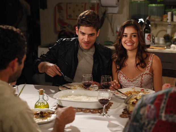Amália se surpreende ao saber que Rafael pensa em casamento (Foto: Fina Estampa/TV Globo)