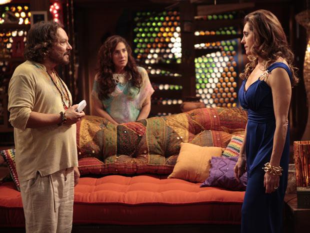 Tereza Cristina tenta convencer Álvaro de ligar para a mãe dele (Foto: Fina Estampa/TV Globo)