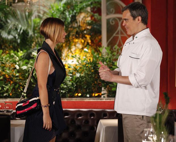 René passa as instruções para Vanessa no primeiro dia de trabalho da jovem (Foto: Fina Estampa/TV Globo)