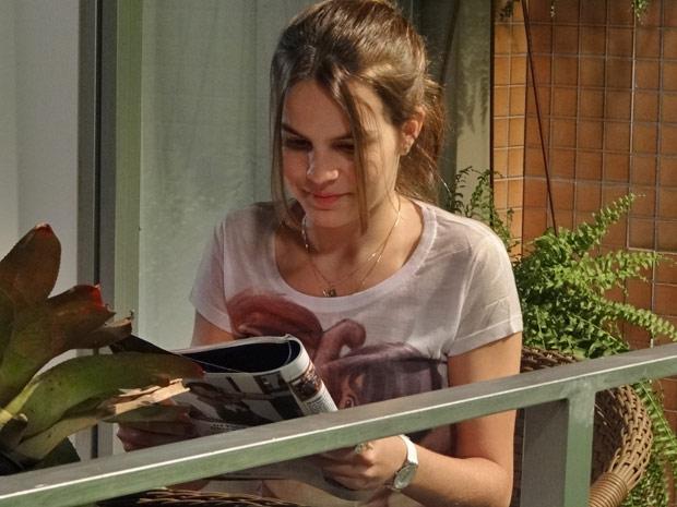 Carolina lê atentamente a reportagem com Luciano Huck  (Foto: Fina Estampa/TV Globo)
