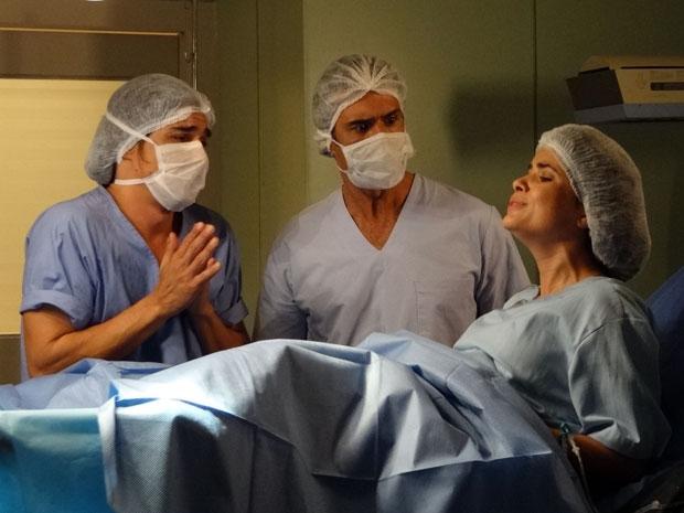 Áureo e Abner aflitos durante o parto de Celeste (Foto: Morde e Assopra/TV Globo)