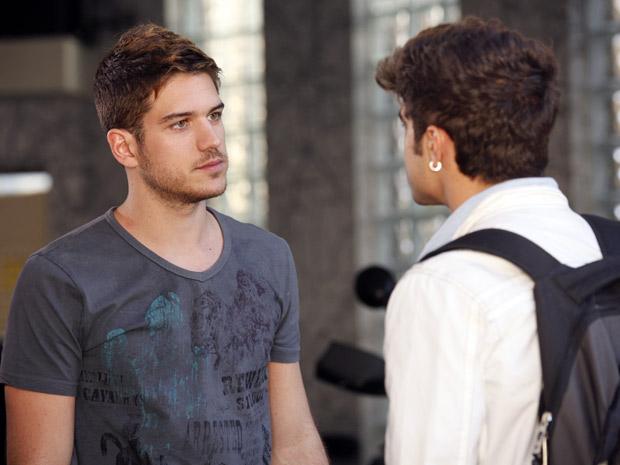 Rafael diz que o patrão, Juan, prefere andar de moto (Foto: Fina Estampa/ TV Globo)