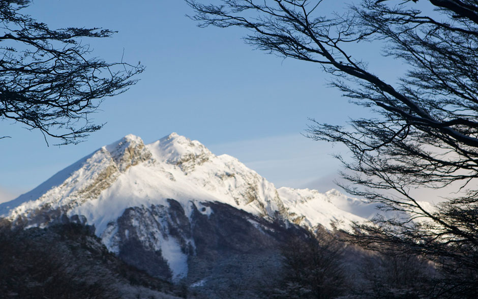 O Ushuaia é rodeado pelos montes Martial e Olívia, da Cordilheira dos Andes