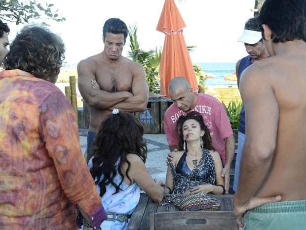 Galera da praia fica indignada ao ver o estado da garota de programa (Foto: Fina Estampa/TV Globo)