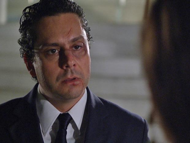 Baltazar fica indignado ao ouvir da patroa que está suspenso (Foto: Fina Estampa/TV Globo)