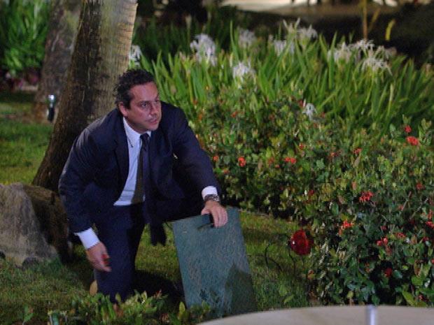 Baltazar tenta sabotar o jantar da patroa ao cortar os fios da iluminação do jardim (Foto: Fina Estampa/TV Globo)