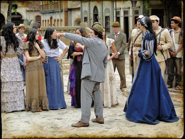 Batoré convoda o povo de Brogodó para destruir a forca armada por Timóteo (Foto: Cordel Encantado/Tv Globo)