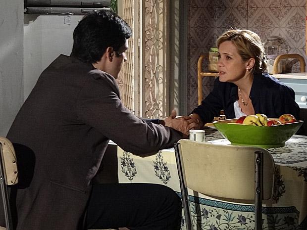Ícaro pede para Júlia esperar por ele (Foto: Morde&Assopra/TVGlobo)