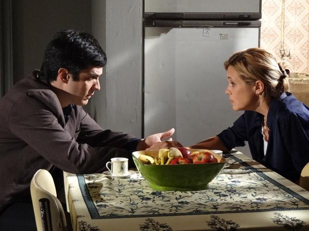 Júlia diz que é cedo para tomar uma decisão sobre o relacionamento com Ícaro (Foto: Morde&Assopra/TVGlobo)
