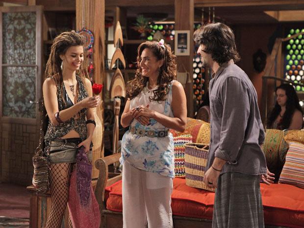 Luana chega à pousada e é recebida com simpatia por Mandrake (Foto: Fina Estampa/TV Globo)