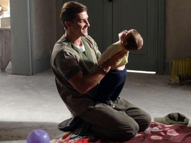 Guilherme brinca com o filho (Foto: Morde&Assopra / TVGlobo)