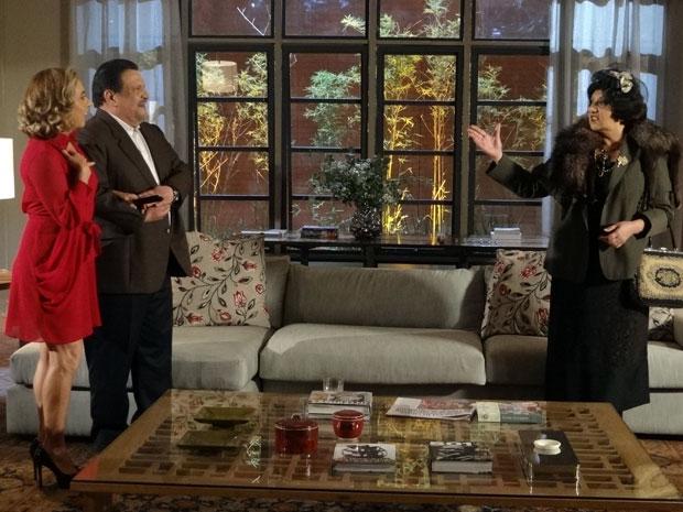 Oséas apresenta Augusta e Salomé fica ainda mais irritada (Foto: Morde&Assopra / TVGlobo)
