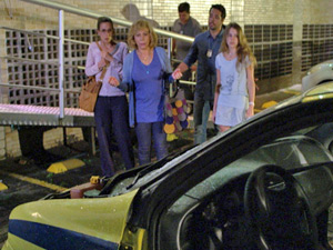 Carolina e Letícia tentam consolar Vilma (Foto: Fina Estampa/ TV Globo)