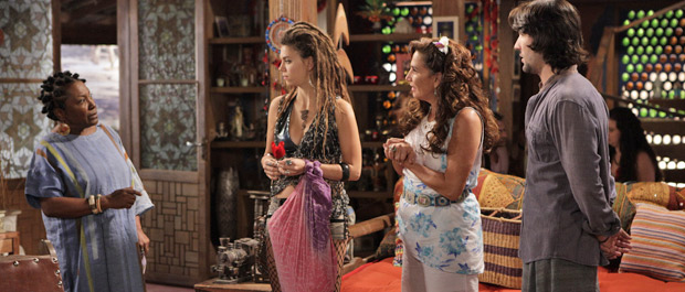 Zilá sente algo estranho ao ser apresentada a Luana (Foto: Fina Estampa/TV Globo)