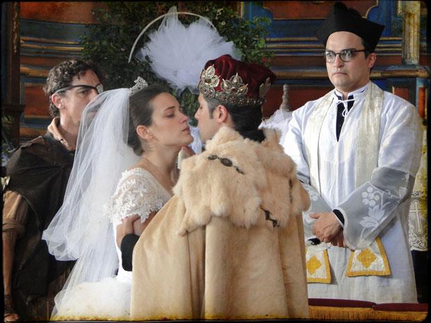 O matrimônio é selado e Timóteo a beija à força (Foto: Cordel Encantado/Tv Globo)