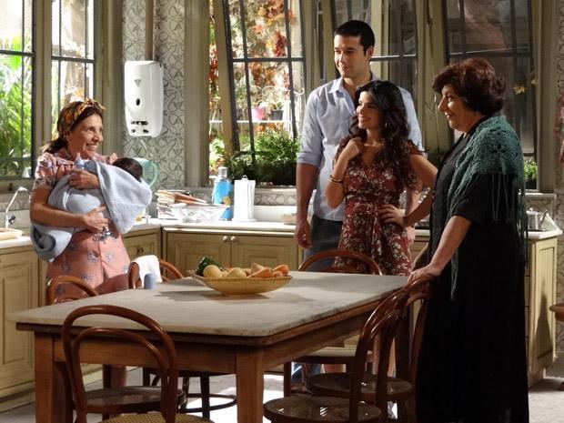 Salomé convence Cleonice de fazer um 'favorzinho' para a família (Foto: Morde&Assopra/TVGlobo)