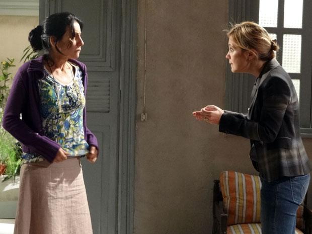 Júlia tenta convencer Dulce (Foto: Morde & Assopra / TV Globo)