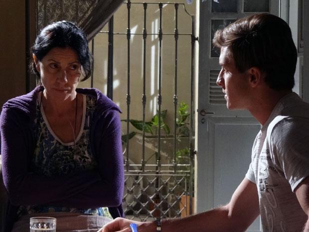 Dulce nervosa antes de contar sobre o reaparecimento para Guilherme (Foto: Morde & Assopra / TV Globo)