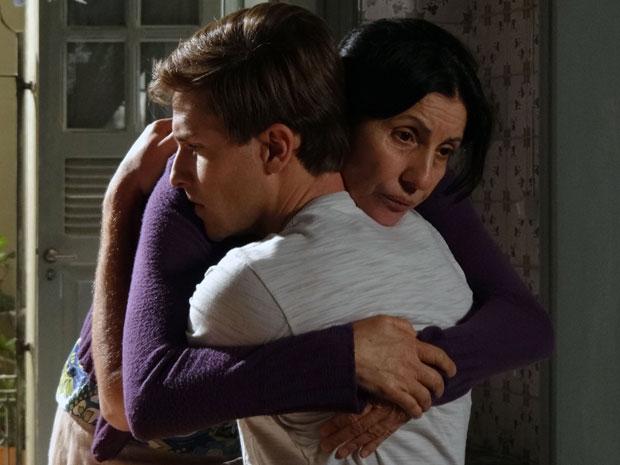 Mãe e filho se abraçam após Guilherme saber a verdade (Foto: Morde & Assopra / TV Globo)