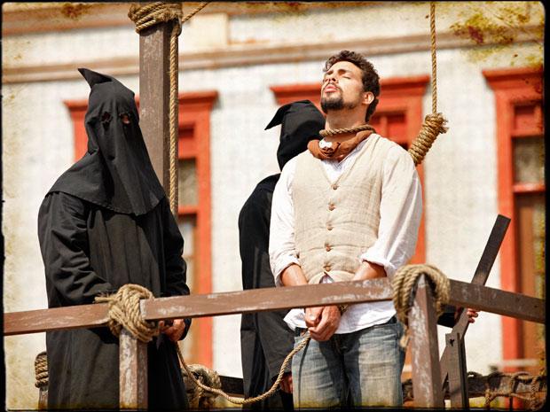 Jesuíno é colocado na forca em plena praça pública (Foto: Cordel Encantado/Tv Globo)