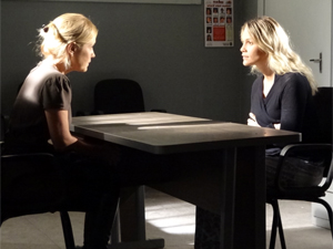 Naomi e Júlia conversam na delegacia (Foto: Morde & Assopra / TV Globo)