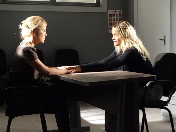 matéria - júlia conta a naomi que está com seu dossiê (Foto: Morde & Assopra / TV Globo)