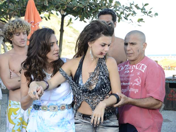 Zambeze ajuda Luana (Foto: Fina Estampa/TV Globo)
