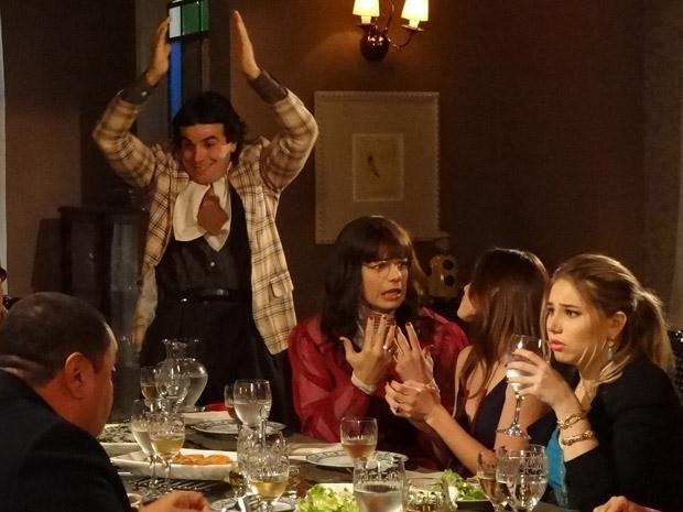 Xavier comemora noivado com Elaine, que fica desesperada (Foto: Morde&Assopra/TVGlobo)