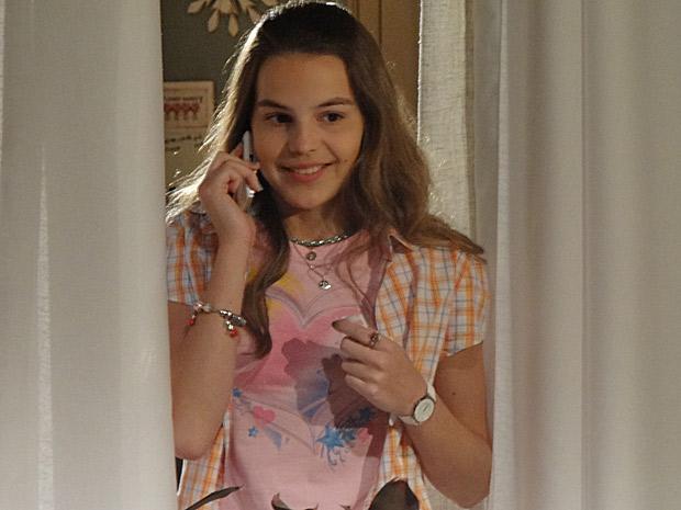 Carolina consegue falar com a produção do Caldeirão do Huck (Foto: Fina Estampa/TV Globo)