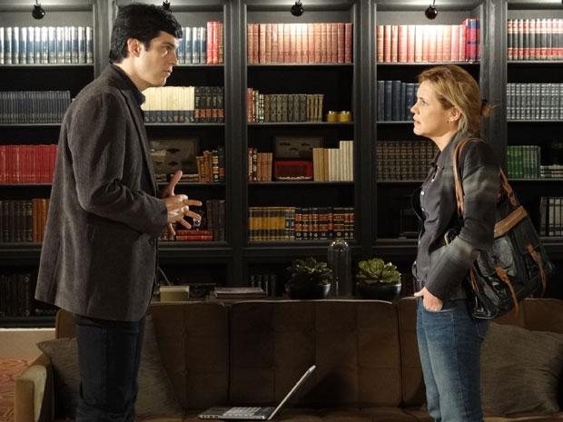 Ícaro revela a Júlia que encontrou coisas estranhas debaixo da terra (Foto: Morde & Assopra/TV Globo)