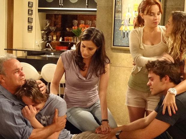 Filipe desaba em choro ao descobrir que sua mãe morreu (Foto: Malhação / TV Globo)
