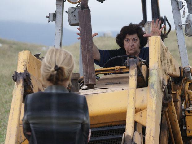 Salomé ignora Júlia e assume comando da escavadeira (Foto: Morde & Assopra/TV Globo)