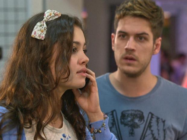 Rafa escuta Amália falar sobre o acidente de Antenor (Foto: Fina Estampa/TV Globo)