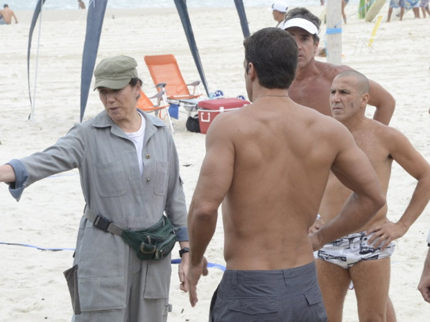 Griselda vai até a praia para fazer novo reparo na bomba d´água da rede de vôlei (Foto: Fina Estampa/TV Globo)