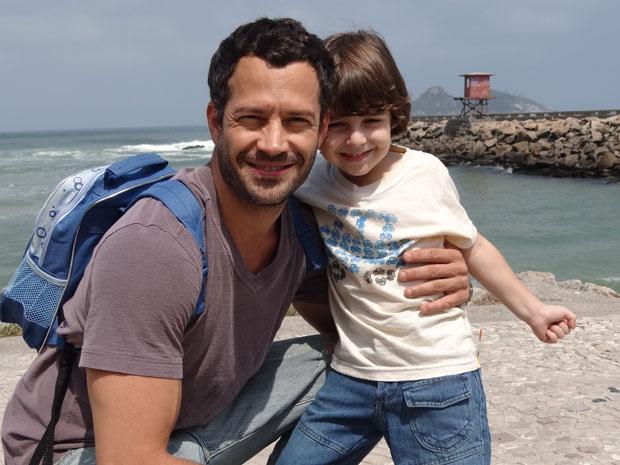 O carinho de Malvino Salvador com o pequeno Gabriel Pelícia (Foto: Fina Estampa/TV Globo)