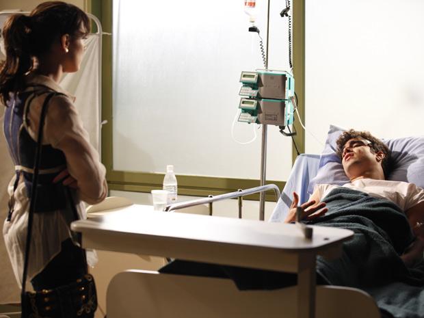Patrícia fica pasma com o jeito que Antenor fala de Griselda (Foto: Fina Estampa/TV Globo)