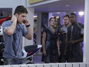Gerente da oficina fala com Juan ao celular (Foto: Fina Estampa/TV Globo)
