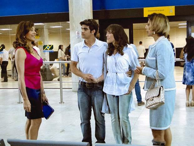 Todos ficam surpresos com o convite de Tereza Cristina para Gisela se hospedar na mansão (Foto: Fina Estampa/TV Globo)