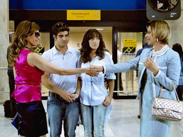 Tereza Cristina se apresenta à falsa mãe de Antenor (Foto: Fina Estampa/TV Globo)