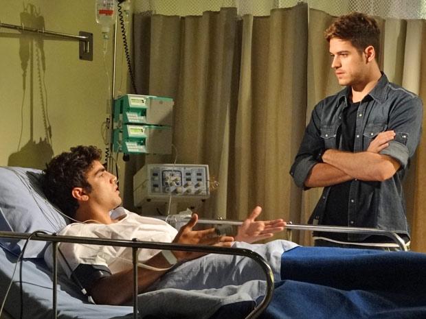 Rafael dá a má notícia a Antenor e deixa o amigo desesperado (Foto: Fina Estampa/TV Globo)