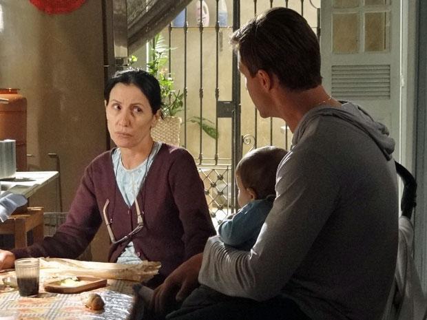 Dulce acredita que o filho deve dar uma chance ao pai (Foto: Morde & Assopra/TV Globo)