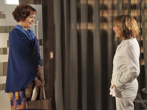 Esther sobe a serra para se consultar com Danielle (Foto: Fina Estampa/TV Globo)