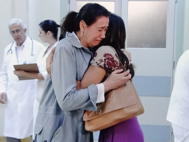 Celeste consola a amiga  (Foto: Fina Estampa/TV Globo)