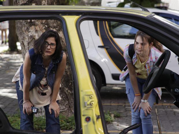 Carolina leva produtora do programa para avaliar táxi (Foto: Fina Estampa/ TV Globo)